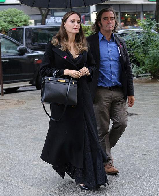 Анджелина Джоли в черном длинном пальто и лодочках в Париже