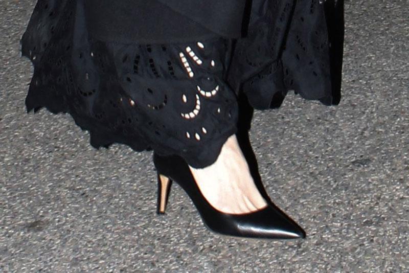 Анджелина Джоли в черных лодочках и ажурном платье в Париже
