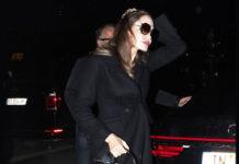Анджелина Джоли в черных туфлях и пальто в парижском стиле