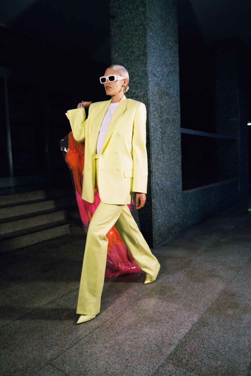 Модель Attico на показе весна 2020 в лимонном брючном костюме