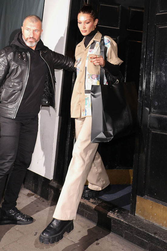 Белла Хадид в бежевой рубашке, брюках и армейских ботинках