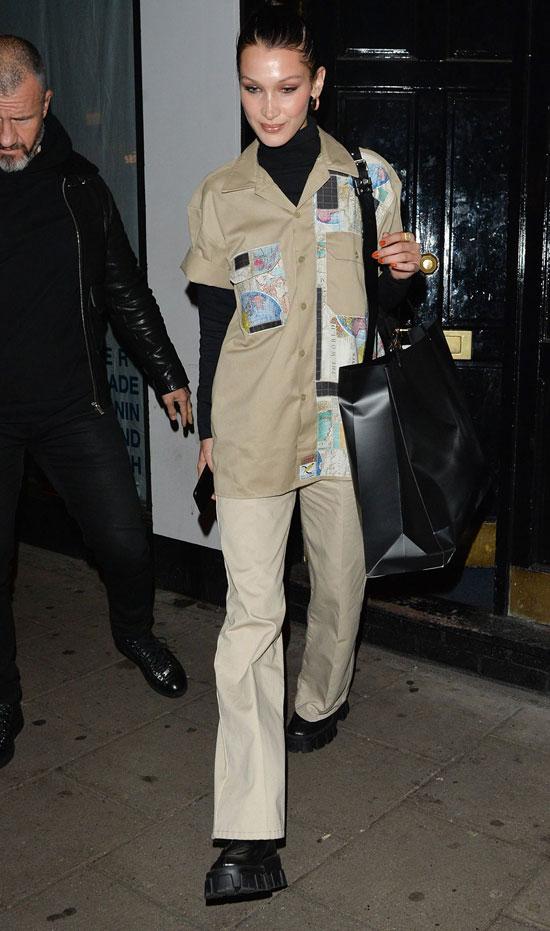 Белла Хадид в бежевой рубашке, брюках и черной водолазке
