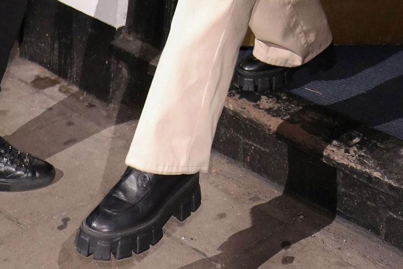 Белла Хадид в армейских ботинках от Prada