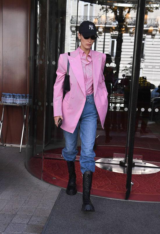 Белла Хадид в розовом жакете, джинсах и армейских ботинках