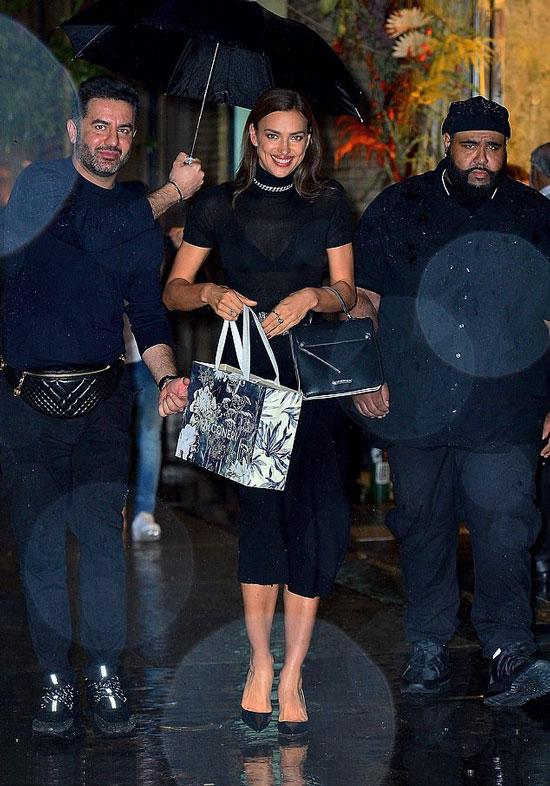 Ирина Шейк в черной кашемировой юбке и водолазке на улицах Нью-Йорка