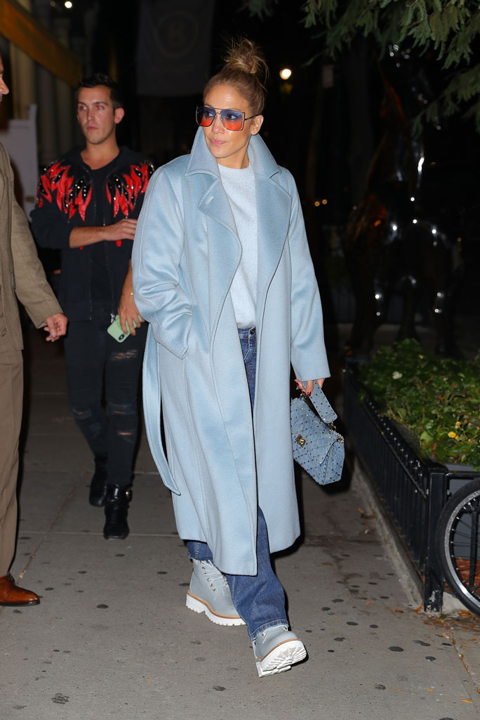 Дженнифер Лопес в голубом пальто, бойфрендах и массивных ботинках