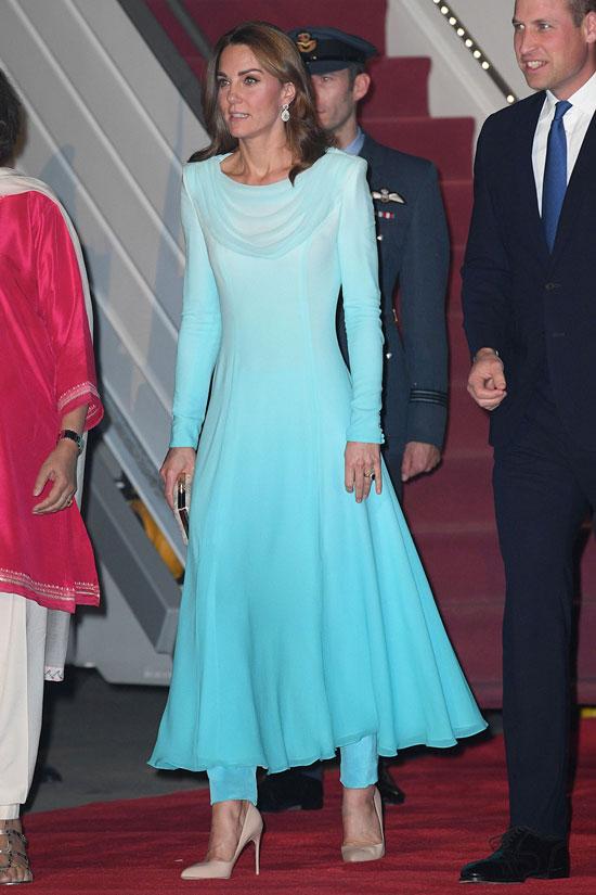 Кейт Миддлтон в небесно голубом платье омбре и бежевых лодочках