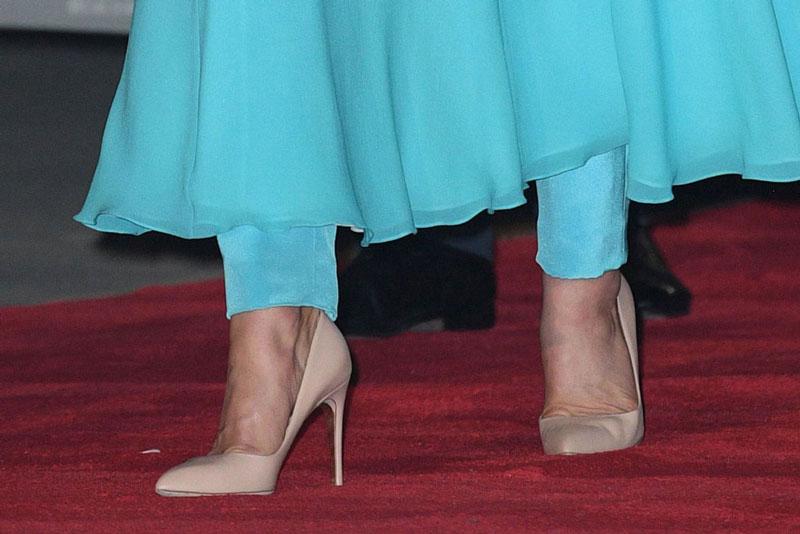 Кейт Миддлтон в небесно голубом платье, брюках и бежевых лодочках