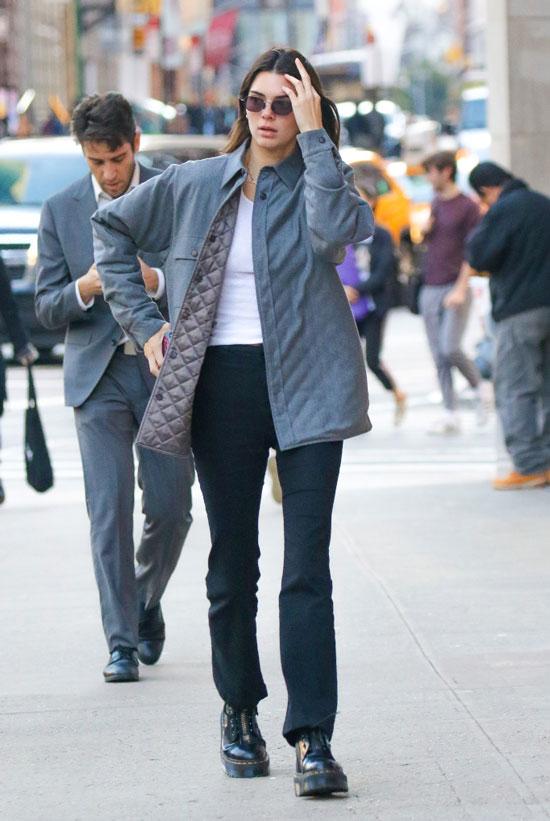 Кендалл Дженнер в серой куртке и черных брюках клеш