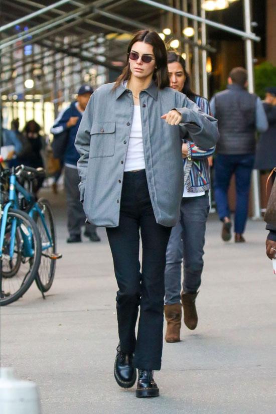Кендалл Дженнер в серой куртке и белом топе