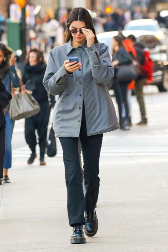 Кендалл Дженнер в серой куртке, белом топе и армейских ботинках