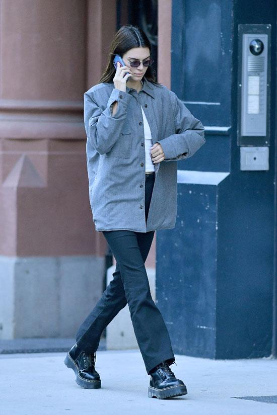 Кендалл Дженнер в серой куртке, белом топе, черных брюках и армейских ботинках