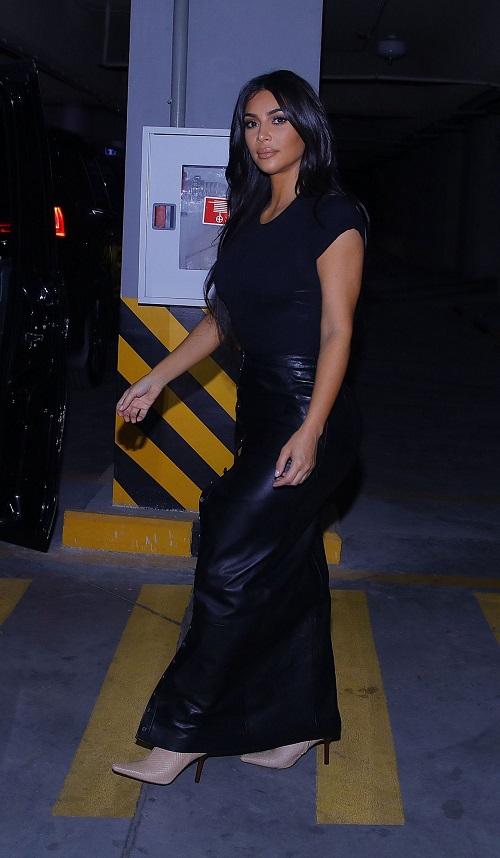 Ким Кардашьян в кожаной длинной юбке, черной футболке и ботильонах 3