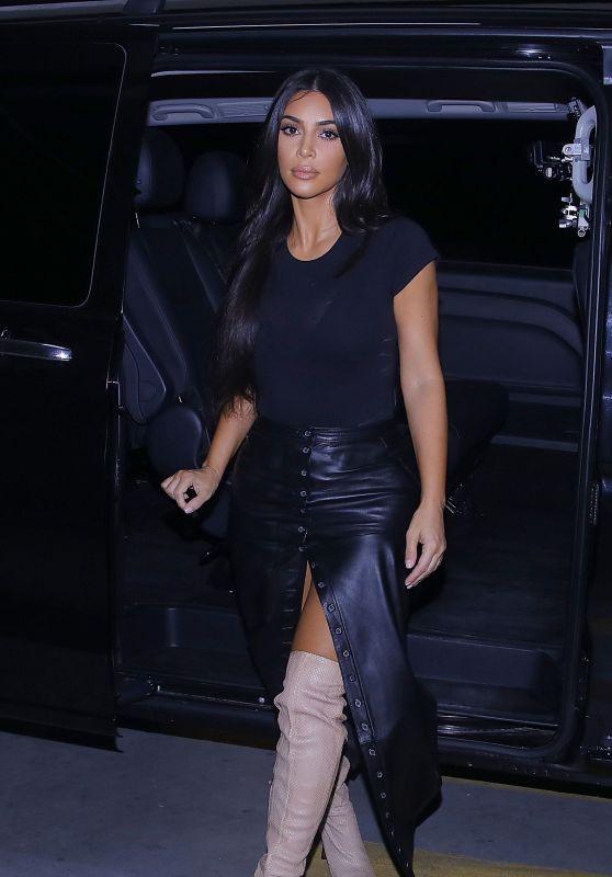 Ким Кардашьян в кожаной длинной юбке, черной футболке и ботильонах 5