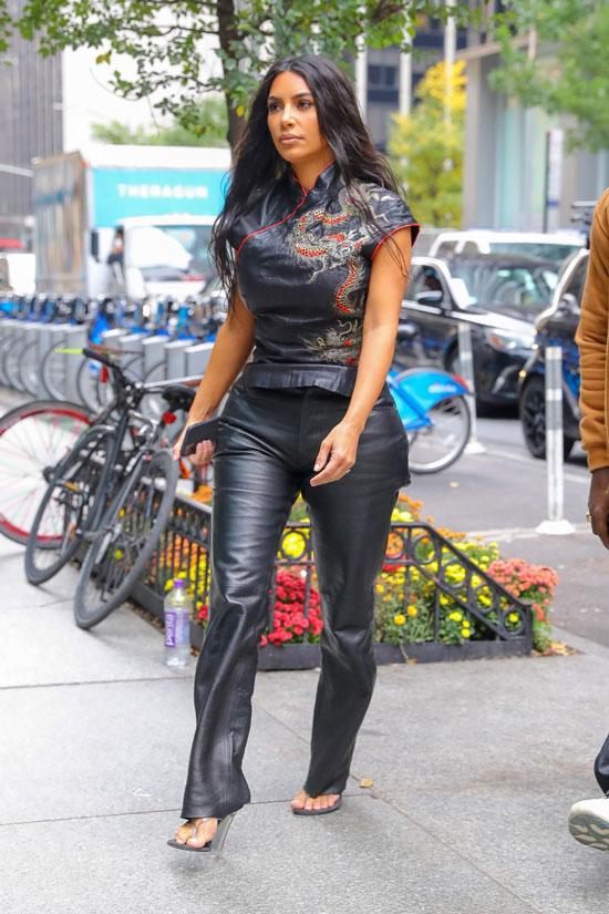 Ким Кардашьян в кожаном топе с драконом и черных брюках