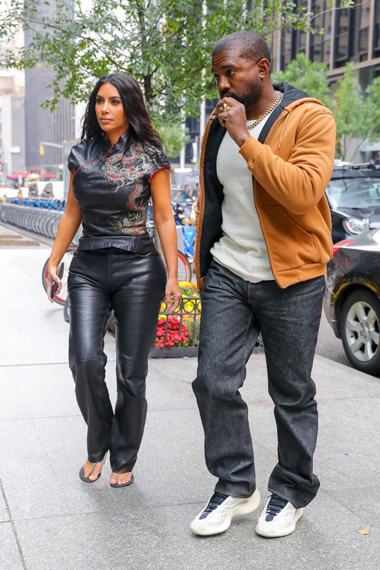 Ким Кардашьян в кожаном топе, Канье Уэст в белой футболке и джинсах