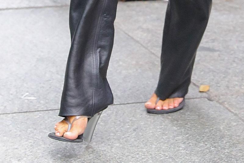 Ким Кардашьян в полупрозрачных босоножках с тонкими ремешками
