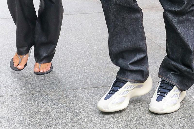 Ким Кардашьян в босоножках, Канье Уэст в белых Adidas Yeezy 700 V3