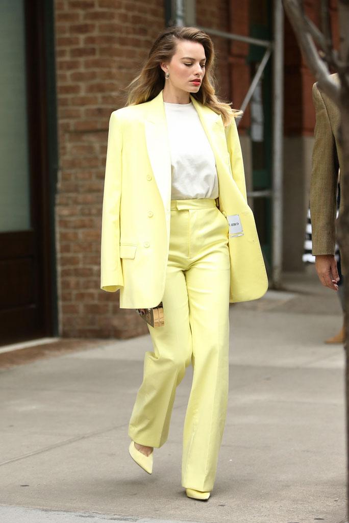 Марго Робби в лимонно-жёлтом брючном костюме на улицах Нью-Йорка