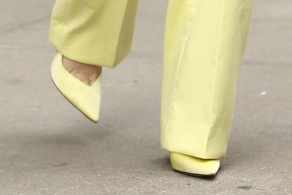 Марго Робби в лимонно-жёлтых лодочках от Attico