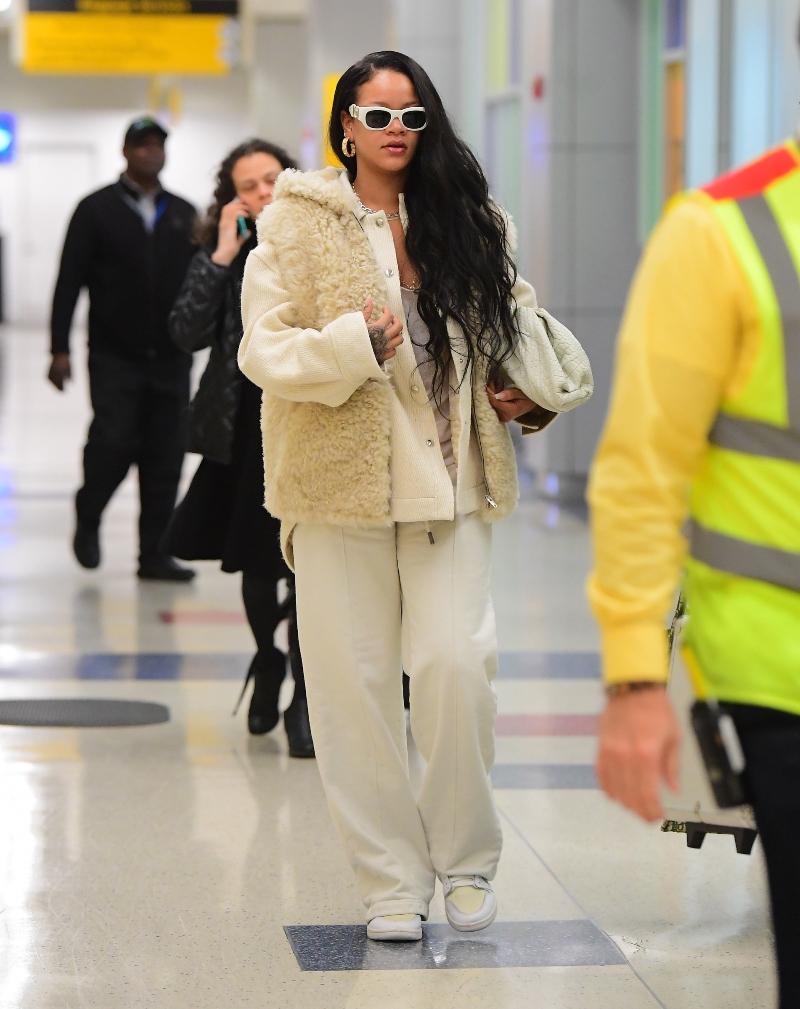 Рианна в белом с головы до ног в аэропорту Нью-Йорка