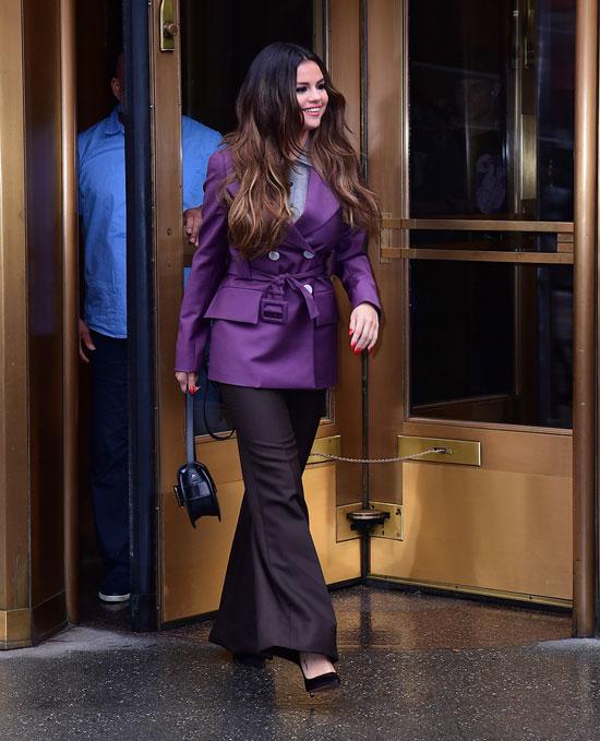 Селены Гомес в фиолетовом пиджаке и черных брюках клеш