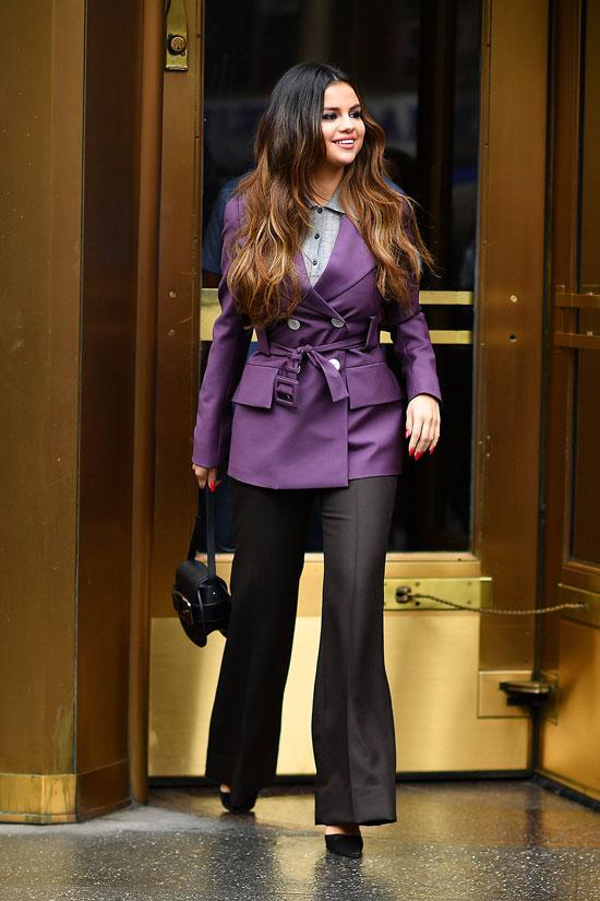 Селены Гомес в фиолетовом двубортном пиджаке и черных брюках клеш
