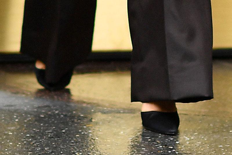 Селены Гомес в черных брюках клеш и классических лодочках