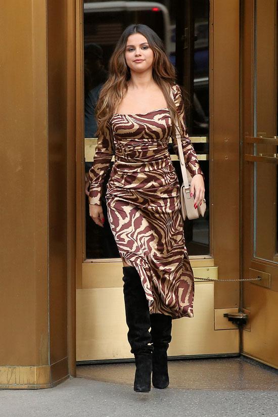 Селена Гомес в платье с принтом зебры и черных сапогах
