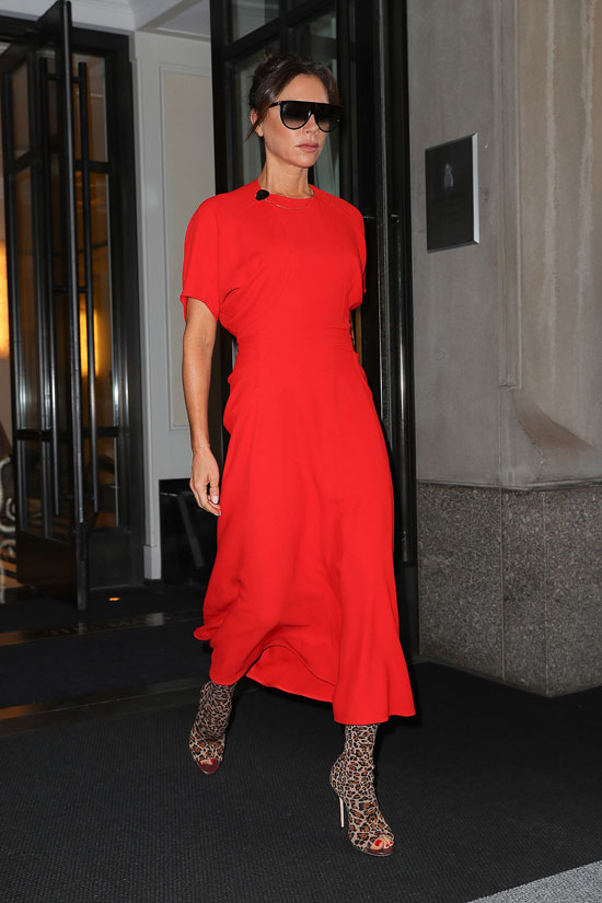 Виктория Бекхэм в красном платье миди и ботильонах