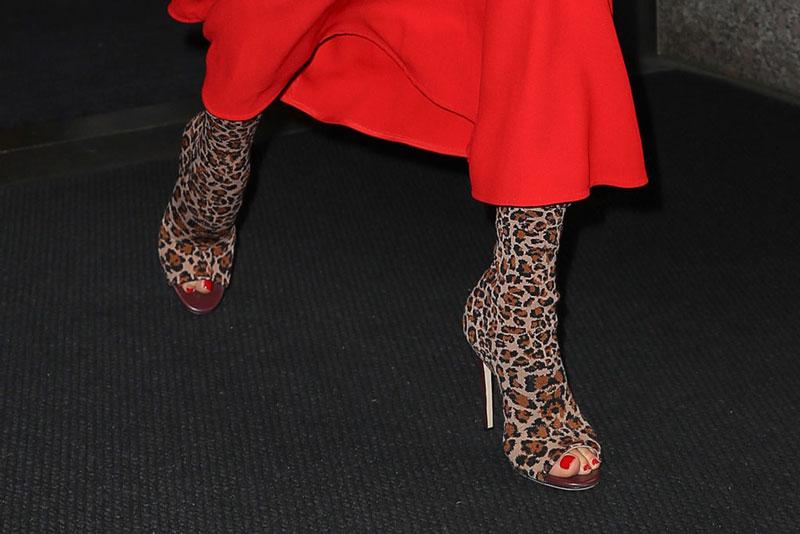 Виктория Бекхэм в леопардовых ботильонах с открытым носком