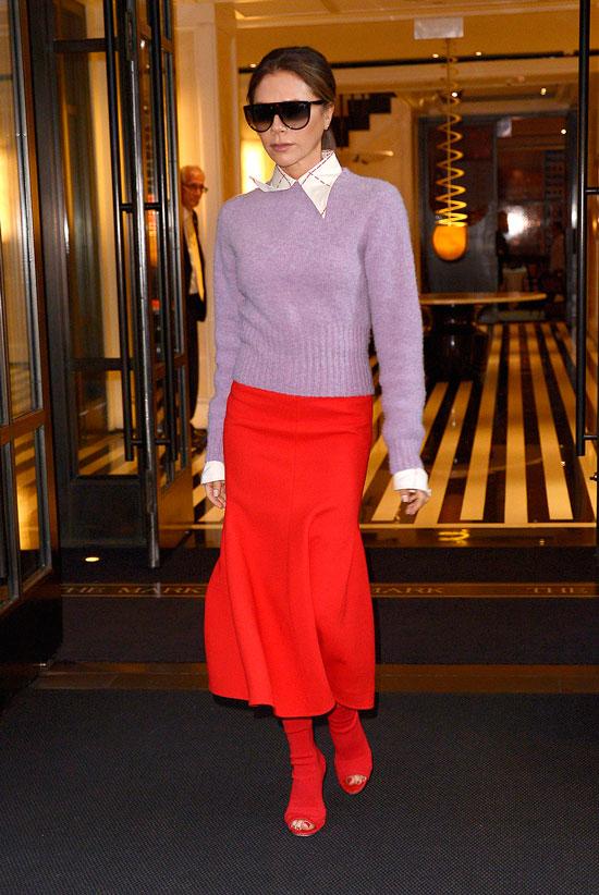 Виктория Бекхэм в красной юбке, ботильонах и сиреневом джемпере