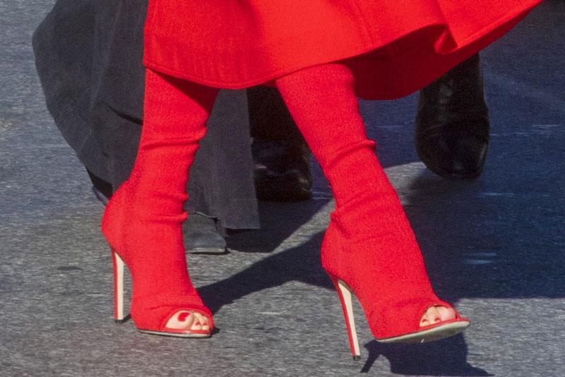 Виктория Бекхэм в красных ботильонах с открытым носком