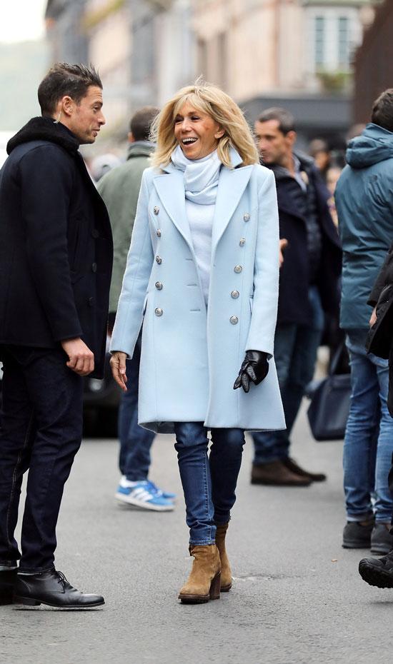 Брижит Макрон в голубом пальто и джинсах скинни