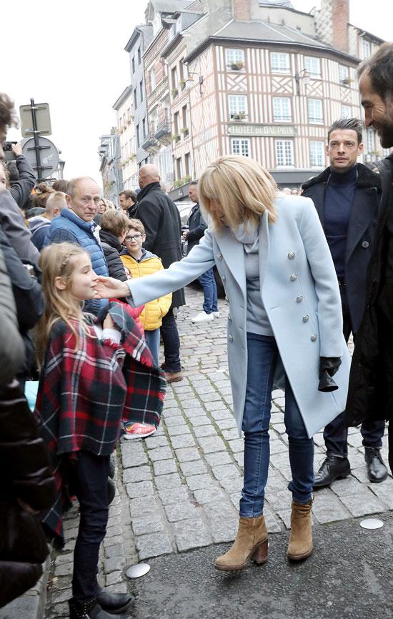 Брижит Макрон в голубом пальто, джинсах скинни и шарфике