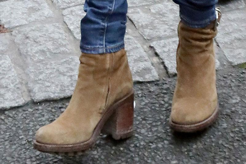 Брижит Макрон в коричневых замшевых ботильонах на толстом каблуке