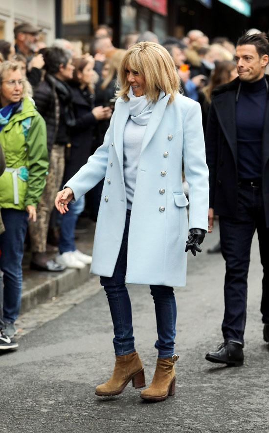 Брижит Макрон в голубом пальто, джинсах скинни, шарфике и ботильонах