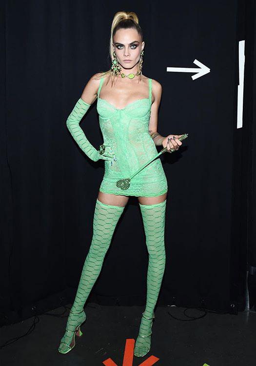Кара Делевинь в зеленых босоножках Amina Muaddi