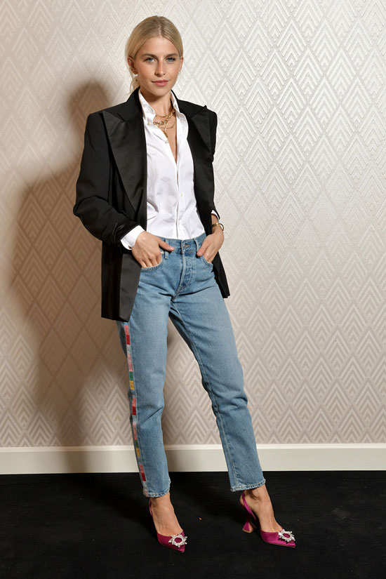Каролайн Даур в розовых туфлях Amina Muaddi