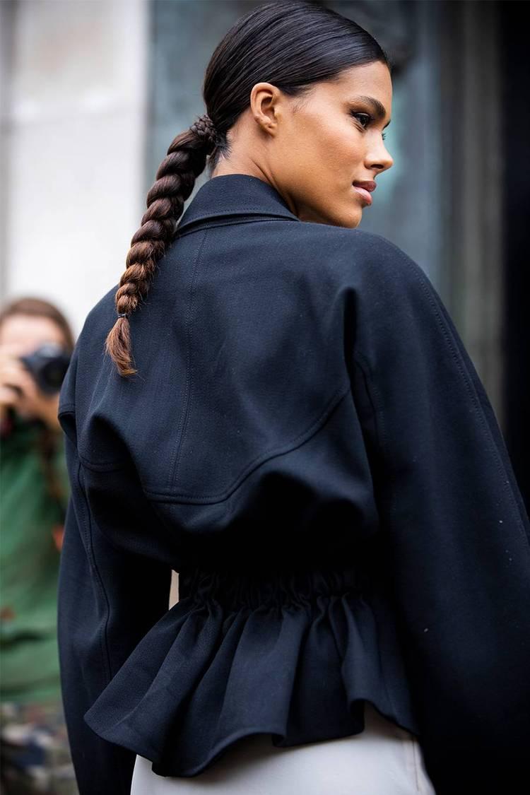 Девушка с низкой косой на темных волосах