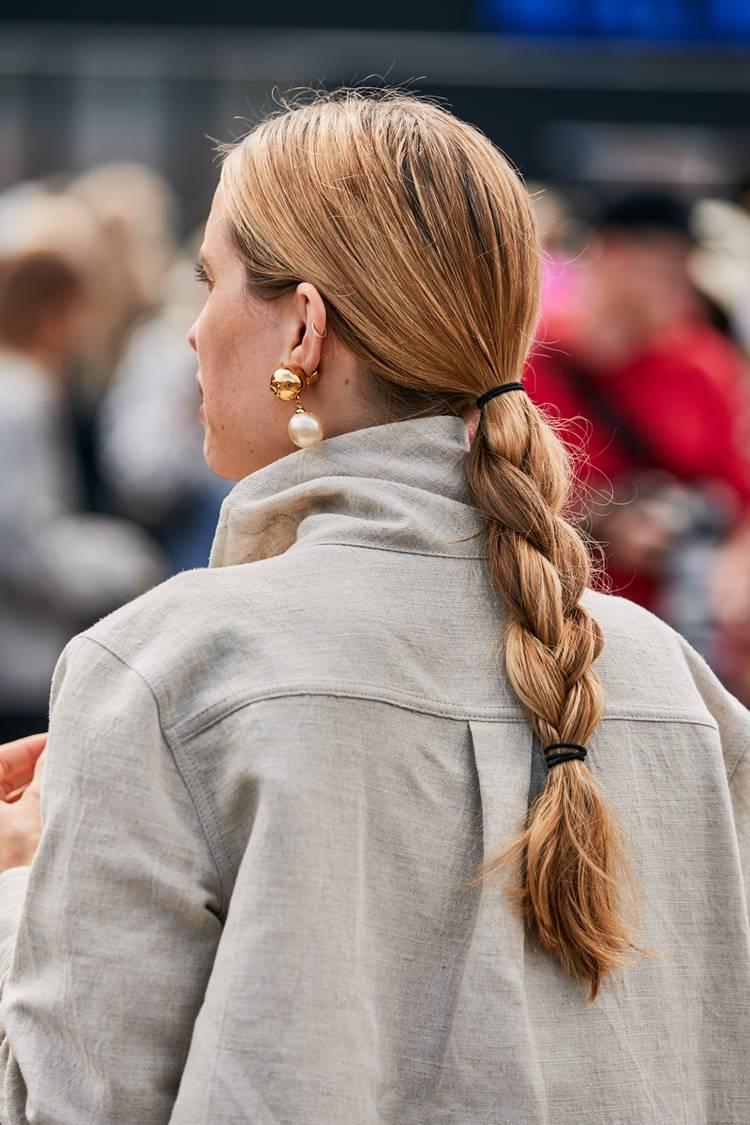 Девушка с простой косой на длинных волосах