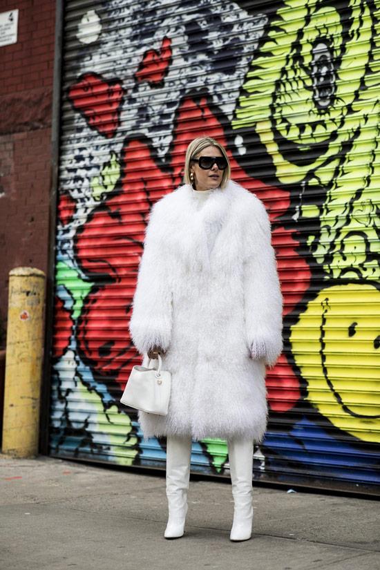 Девушка в белой шубе, сумочка и светлые сапоги