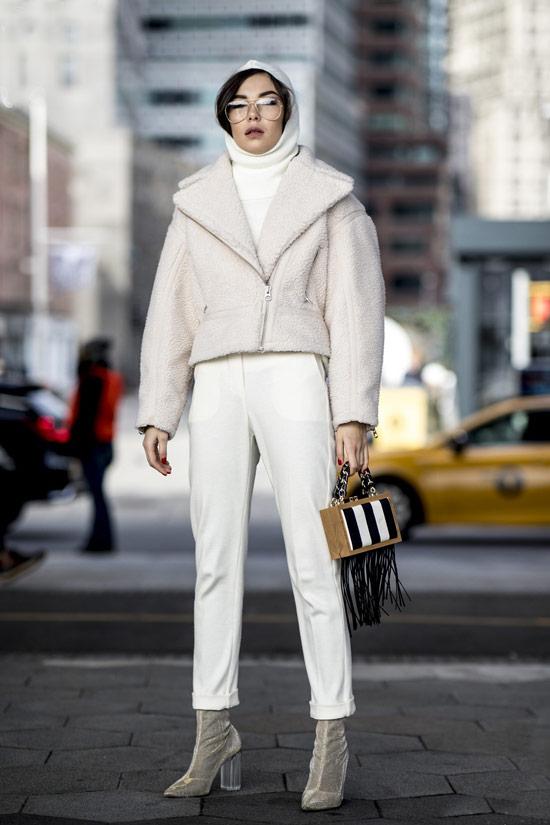 Девушка в белых брюках, укороченная куртка и замшевые ботильоны