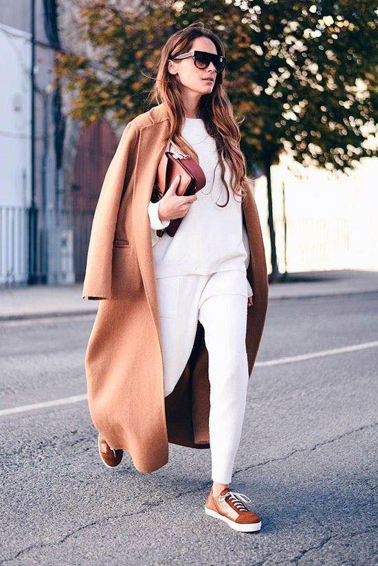 Девушка в белых леггинсах, свитшот и длинное бежевое пальто