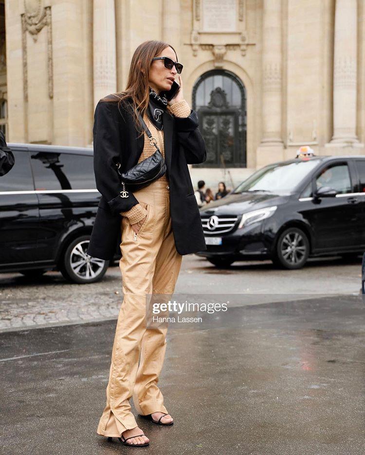 Девушка в бежевых брюках, черный блейзер и пальто