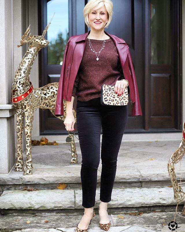 Девушка в блузке, бордовая кожаная куртка и черные леггинсы