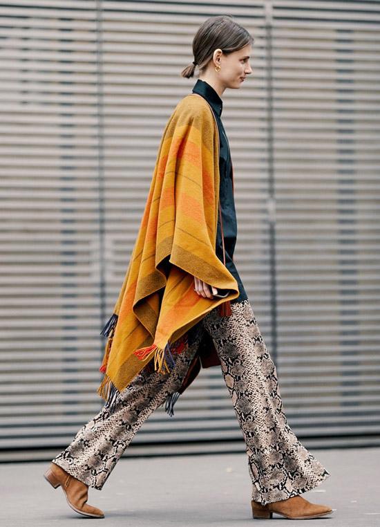 Девушка в брюках со змеинным принтом и оранжевый кардиган, замшевые ботильоны