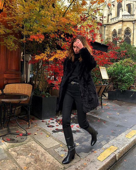 Девушка в черных джинсах с ремнем, ковбойские сапоги и черная шуба
