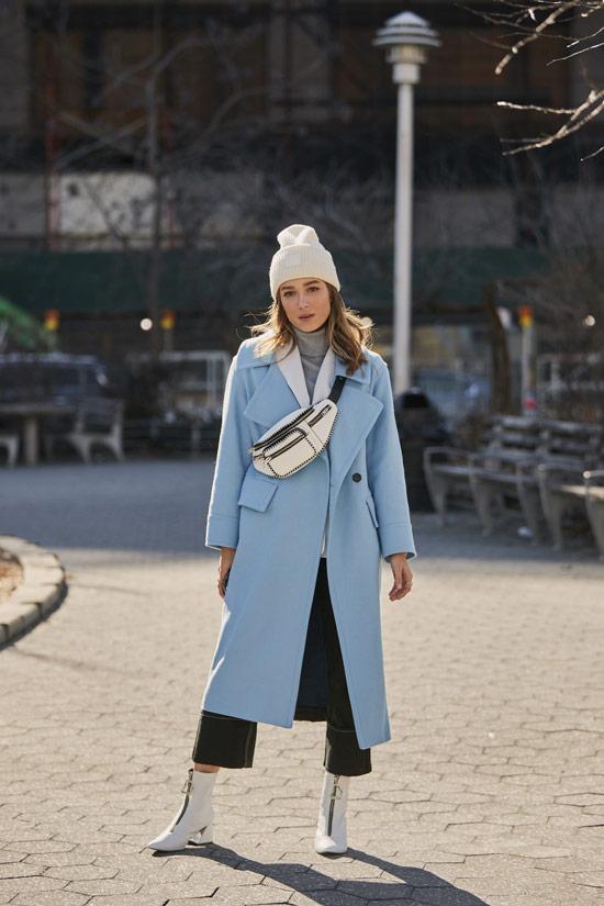 Девушка в голубом пальто, укороченные брюки и белые ботильоны