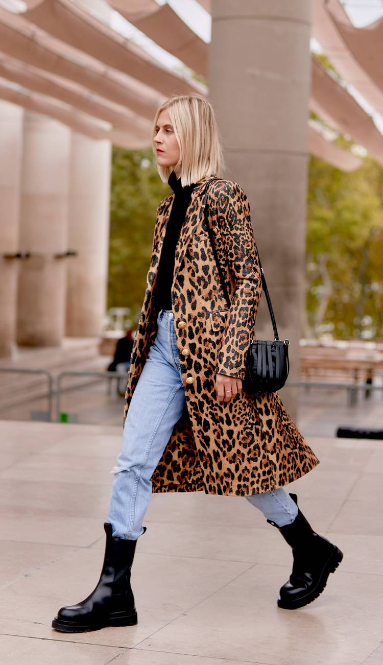 Девушка в голубых джинсах, леопардовое пальто и черные ботинки